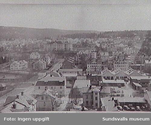 Ur Energiverkets samling.G.A. Kyrkans torn fr. N över Sundsvall. Närmast kv . Bokhållaren och Kassören t.v. resp.t.h.