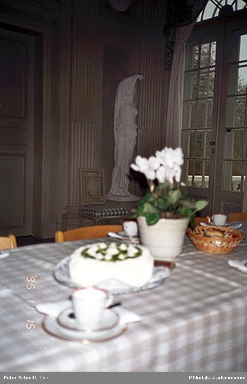 Ett dukat bord med en skulptur i bakgrunden.
