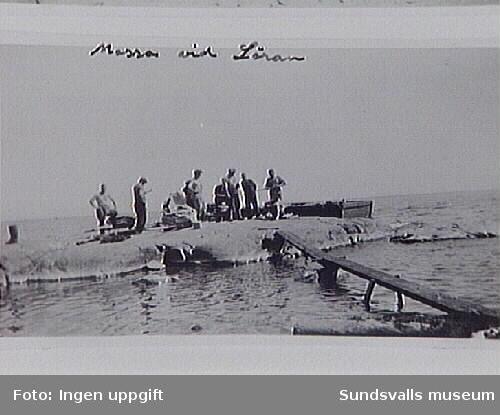 """En tysk lastångare med pappersmassa hade gått på grund vid Löran, och för att få båten flott var man tvungen att lämpa pappersbalarna över bord. T. h. ligger Högströms bogserbåt """"Framåt"""""""