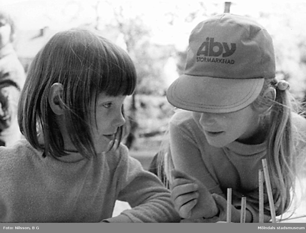 Två barn utomhus vid Holtermanska daghemmet juni 1973.