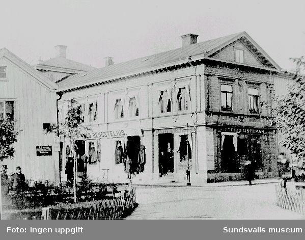 Sundsvalls trästad före 1888. Storgatan vid Vängåvan. B U Anderssons friser- och rakstuga, Bengstelius manufaktur-och klädeshandel samt Gottfrid Östemans tobakshandel.