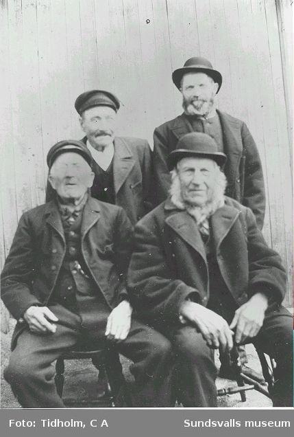"""Hjon på Lindgrenska arbetsinrättningen på Åkroken. Främre raden: """"Ruda"""" och """"Öberg"""", Övre raden: """"Lill-Janke"""" och """"Engelsman""""."""