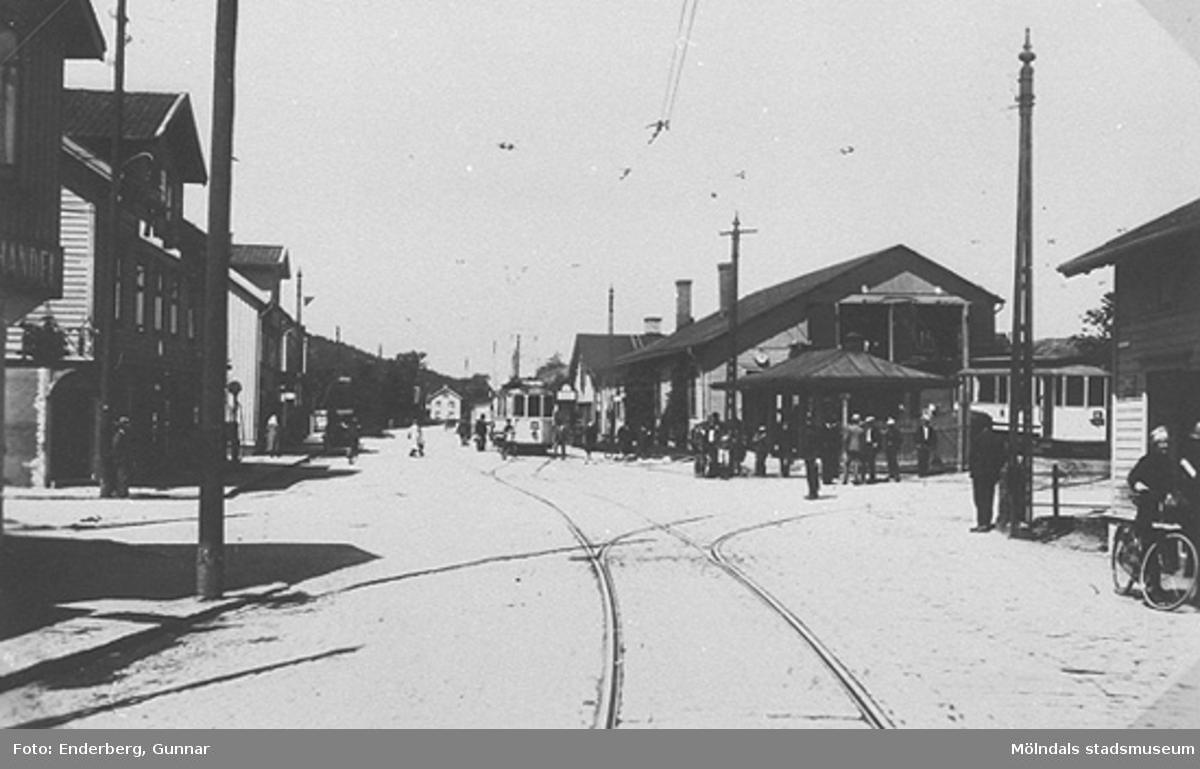 Spårvagnshallarna vid Mölndalsbro (i själva korsningen) och Pressbyråns kiosk i hörnet mellan Göteborgsvägen - Kvarnbygatan år 1929. Till vänster skymtar fasaderna på Kungsbackavägen 2, samt Göteborgsvägen 1, 3 och 5.