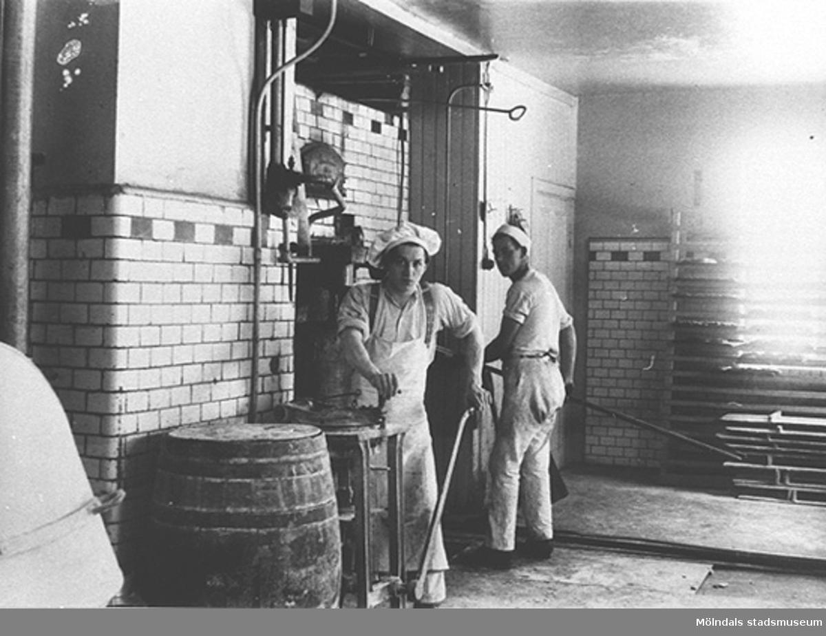 Personal som arbetar i ett mejeri. Mölndal 1930-tal.