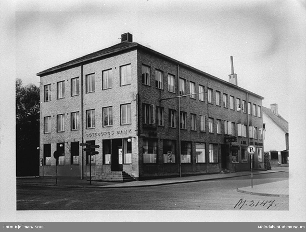 Hantverkshuset (byggt 1932) på Kungsbackavägen 2 (Frölundagatan 1) vid 1950-talets början. Det inrymde Restaurang Gillet och Göteborgs bank.