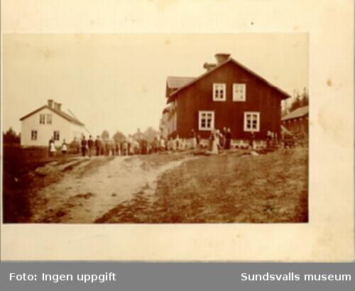 Galtströms brukssamhälle. Den vita byggnaden är skolan, den röda t h  det s k Kråkslottet.