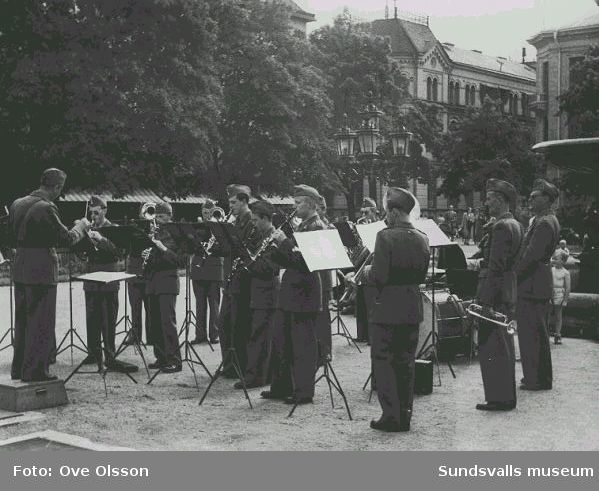 """Text: """"Lv 5:s orkester, konserterande i Vängåvan för en alltid tacksam publik""""."""