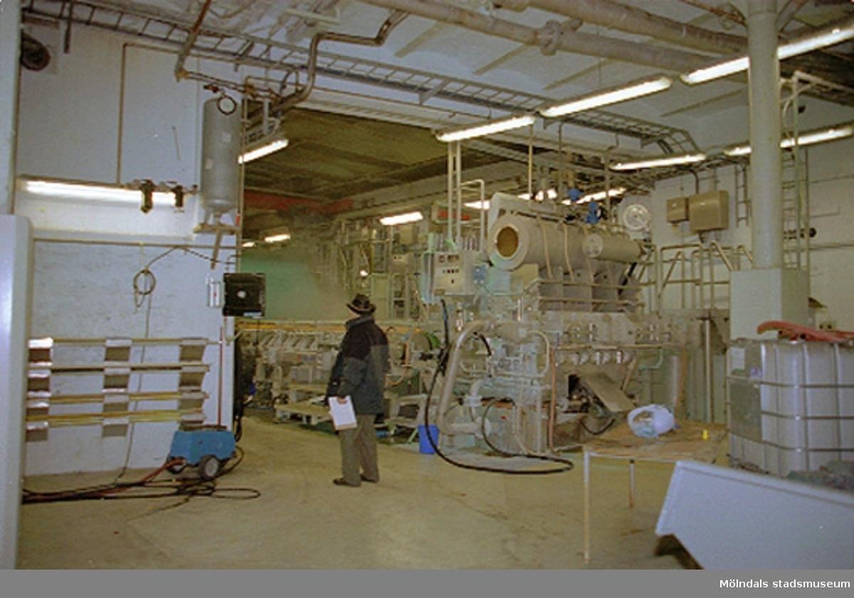 F.d fabrikschef Carl-Gustaf Lindgren står vid pappersmaskin 4:as inloppslåda, dvs i början på pappersmaskinen. PM 4 tillverkade Colorit (färgat papper). Papyrusinventeringen 2001-11-06.