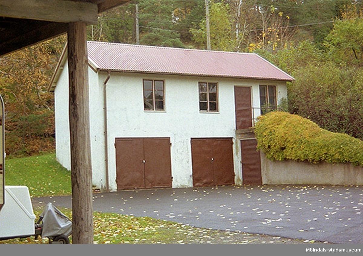 Garage med putsad fasad på Varvsvägen i Lindome, oktober 1998.