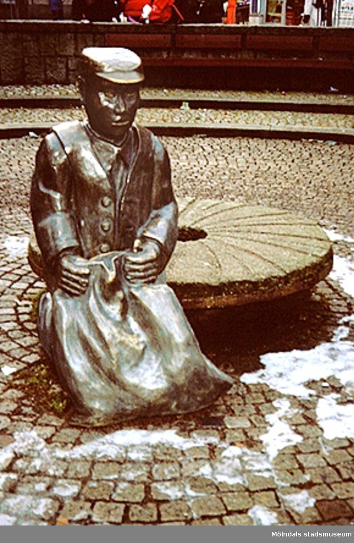 """Skulpturen """"Albert"""" på Mölndals torg i Mölndals centrum, mars 1994."""