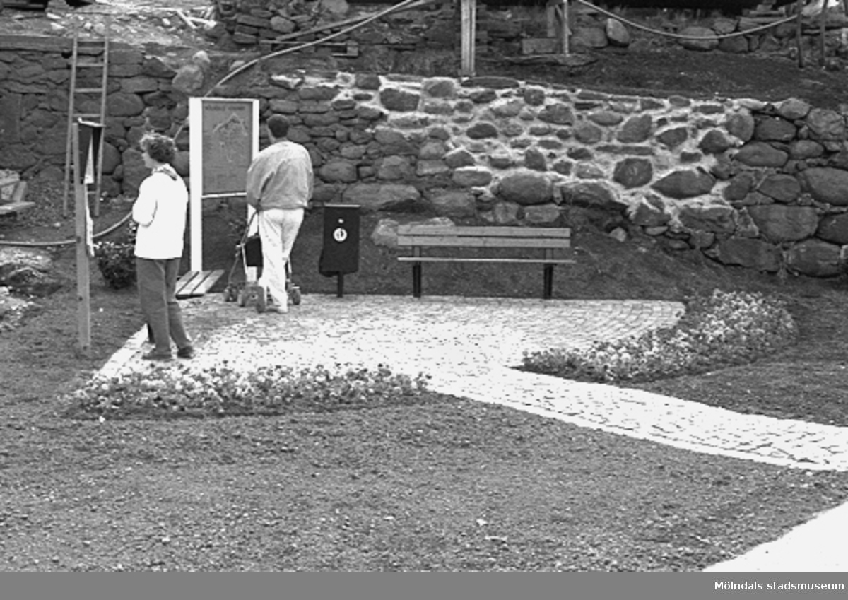 Kvarnbydagen 25 april 1993. Invigning av Lyktplatsen (Götaforsliden/Norra Forsåkersgatan) i Kvarnbyn. Besökare läser på skyltarna.