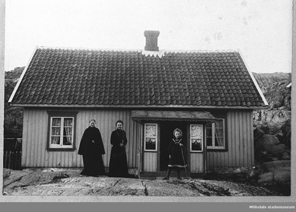 Dyngö-Fjällbacka, början av 1920 talet. Nora Krantz och dottern Rosa är på besök hos Noras mamma, Hilma Westerberg, som bor på Dyngö.Från vänster: Hilma, Nora, Rosa.Nora Krantz är mormor till givaren Karin Hansson f Pettersson.
