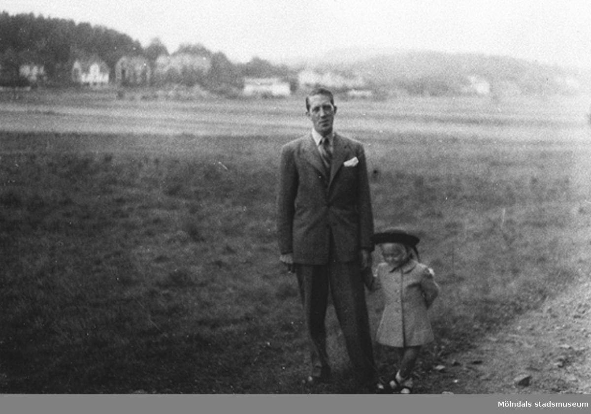 """Eva Pettersson har varit på besök i Slottskogen med pappa """"Petter"""", 1947. De är nu på väg hem till Torrekulla.Eva är storasyster till givaren."""
