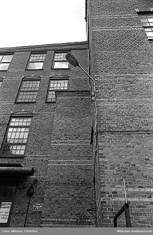 Werners fabriker, Annestorp, Lindome. Byggnadsdetaljer: Fönster och lykta. Hösten 1994.