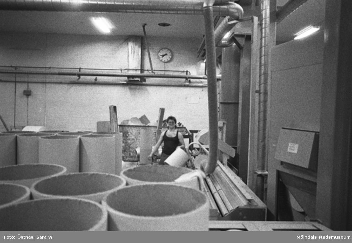 En man i arbete på pappersfabriken.Bilden ingår i serie från produktion och interiör på pappersindustrin Papyrus.