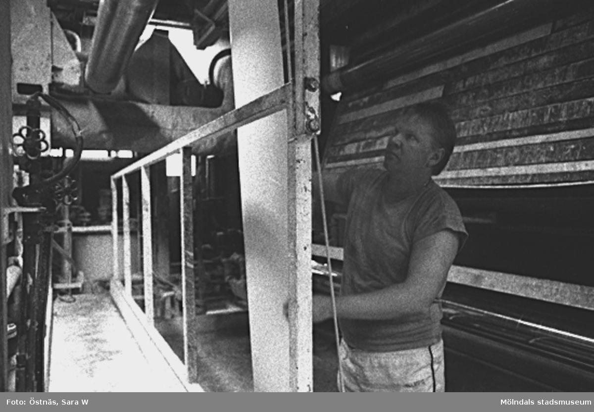 En man i arbete. Kent-Erik Petterson. Byggnad 6, spetsdragning, KM 2. Bilden ingår i serie från produktion och interiör på pappersindustrin Papyrus.