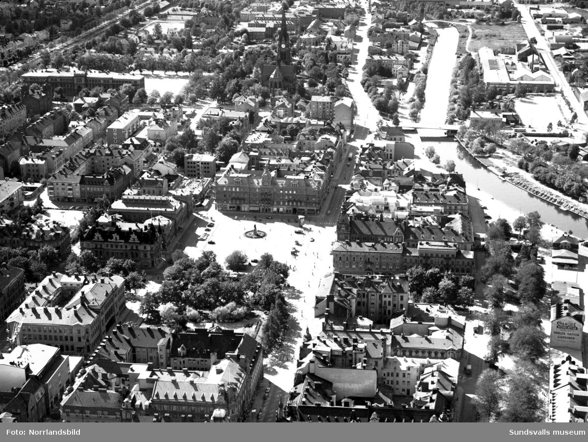 Flygfoto över Sundsvall mot väster. Selångersån, Stora torget, kyrkan.