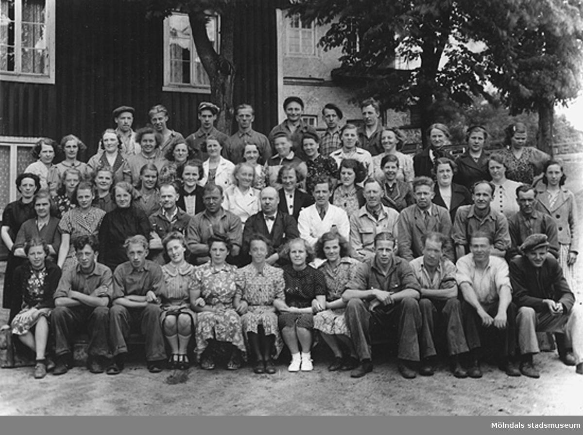 """""""Minne av Arbetarna på Carlsfors. S. år 1941"""".Spinneriet Bettyholm/Carlsfors anlades år 1846 eller 1847 (beroende på källa) överst beläget i Mölndalsfallen vid Grevedämmet. Spinneriet som hette Bettyholm har också kallats Carlsfors och även Forsåker. Lades ned 1969."""