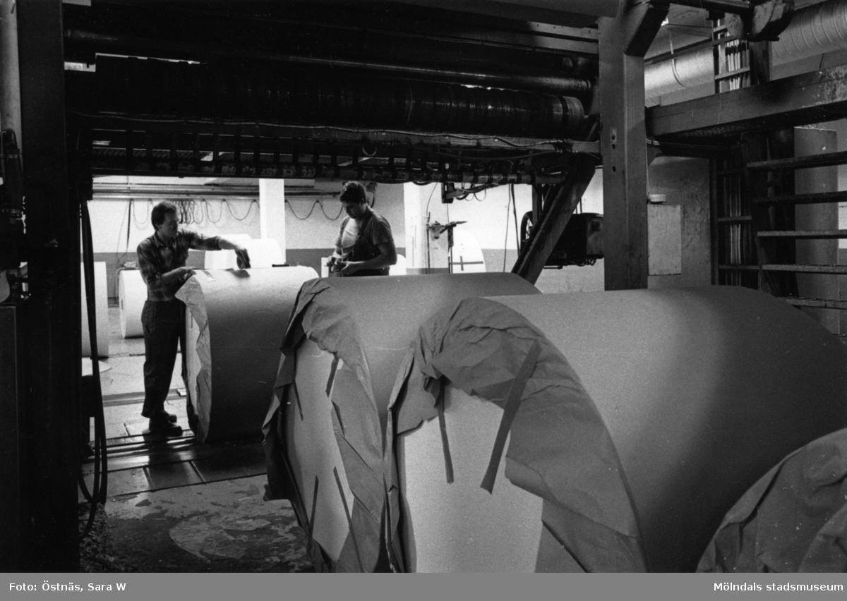 Lennart Landh och Stefan Roslund rullpaketerar kartongrullar på Papyrus i Mölndal, år 1990. Byggnad 6.