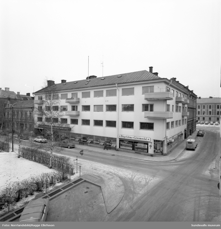 Sundsvalls Tidnings-huset mot Hedern-parken. Högströms Livsmedel på hörnet erbjuder köttfärs för 8,45/kg.