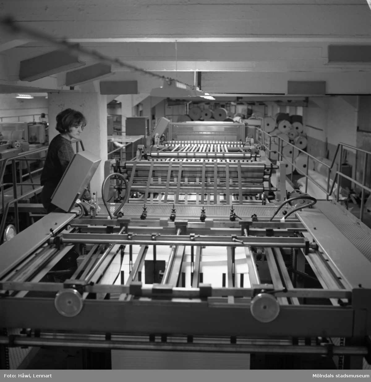 Kvinna i arbete vid maskin på Papyrus i Mölndal 1/10 1969.