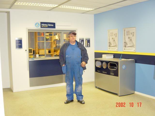 Postens nya servicenät, postcenter och Svensk kassaservice i Nora, 2002. Kunden är rörmontör Allan Öberg.