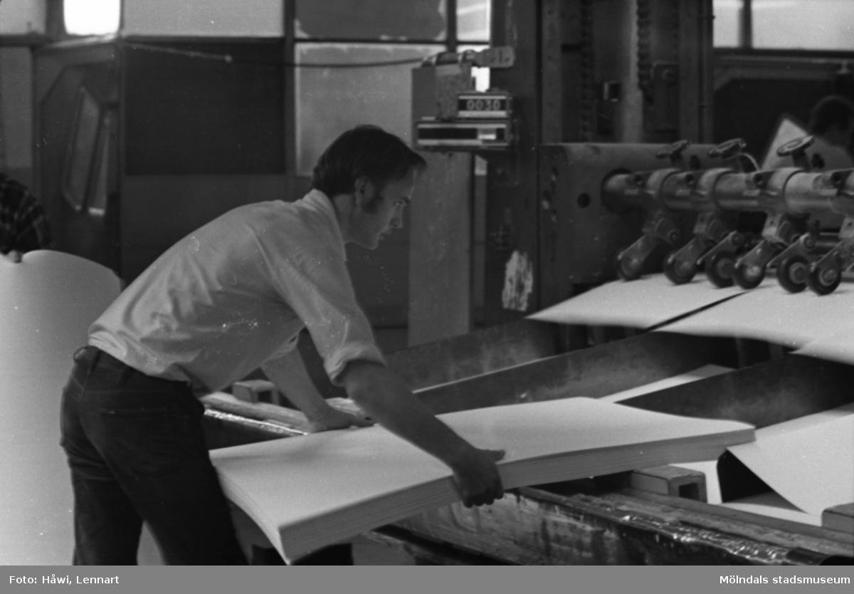 Man i arbete vid klipp KM 2, byggnad 6 på Papyrus i Mölndal, hösten 1970.