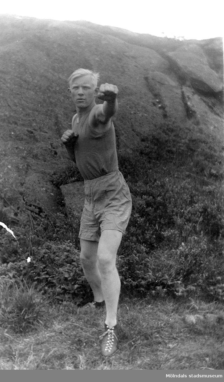 Tungviktsboxare Henry Nicklasson, bosatt i Mölndal, i boxarpose. HN var skandinavisk tungviktsmästare, tillhörde Mölndals Boxningsklubb, och senare Redbergslids.