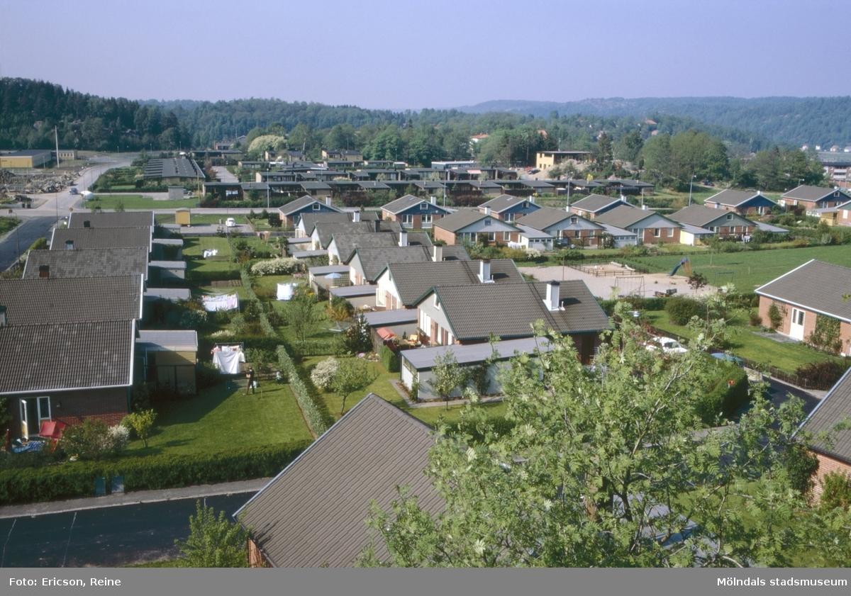 Foto taget mot norr, från berget ovanför Björkvägen i Bölet/Hallen, Kållered 1973. Hallenskolan ligger längst upp till vänster. Här låg tidigare bondgårdar och åkerfält. En av gårdarna var Torrekulla.Längst upp i vänstra hörnet av bilden skymtar Hallenskolan.