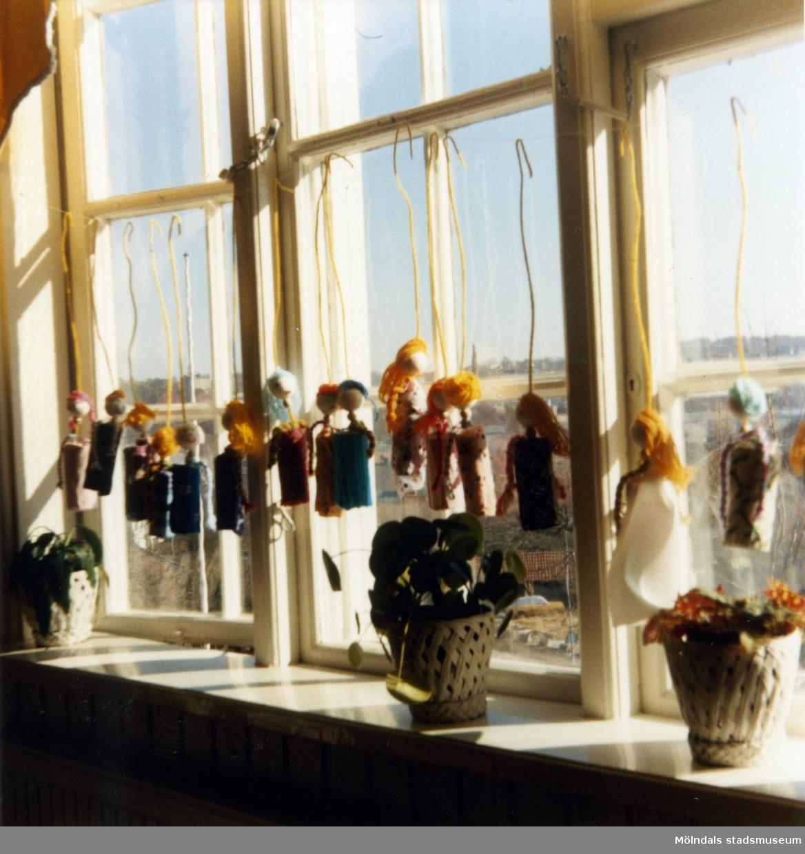 Dagisbarnens egna dockor. Dockteater hos Holtermanska deltidsgrupp 1987-03-10. Fotografi ur album tillhörande Blanka Kaplan.