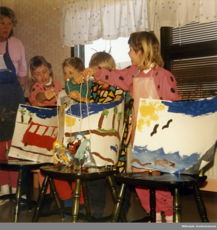 Dagisbarnens egna dockor. Dockteater på Östergårds daghem 1987-03-05. Fotografi ur album tillhörande Blanka Kaplan.
