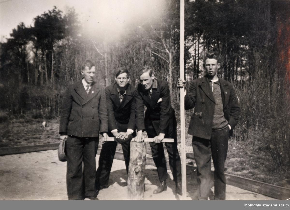 """Grupporträtt på en samling pojkar vid Streteredshemmet i Kållered. """"Ur Ivars fotoalbum."""""""