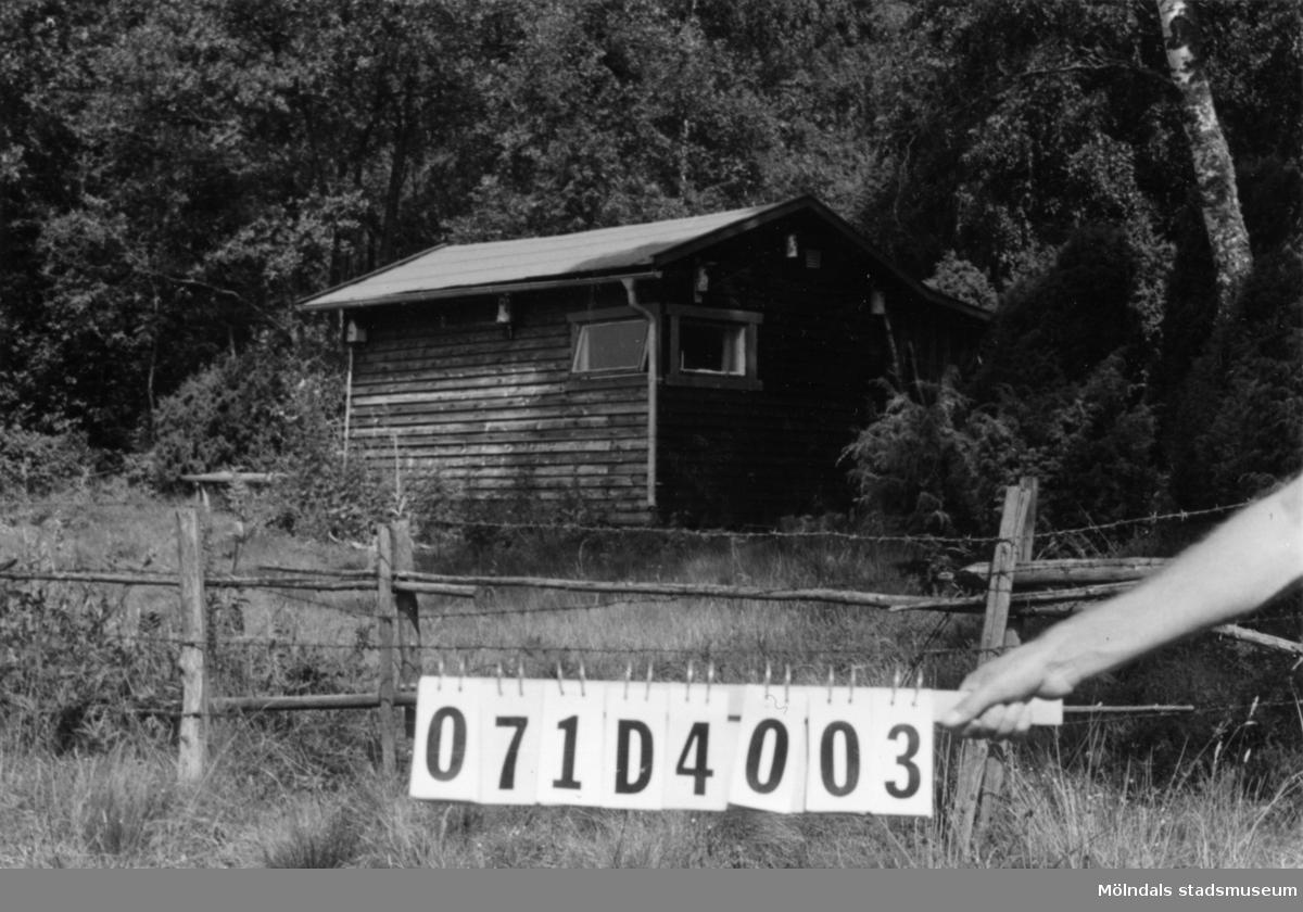 Byggnadsinventering i Lindome 1968. Dvärred (4:6). Hus nr: 071D4003. (Ligger på 4:6.) Benämning: fritidshus. Kvalitet: god. Material: trä. Tillfartsväg: ej framkomlig.