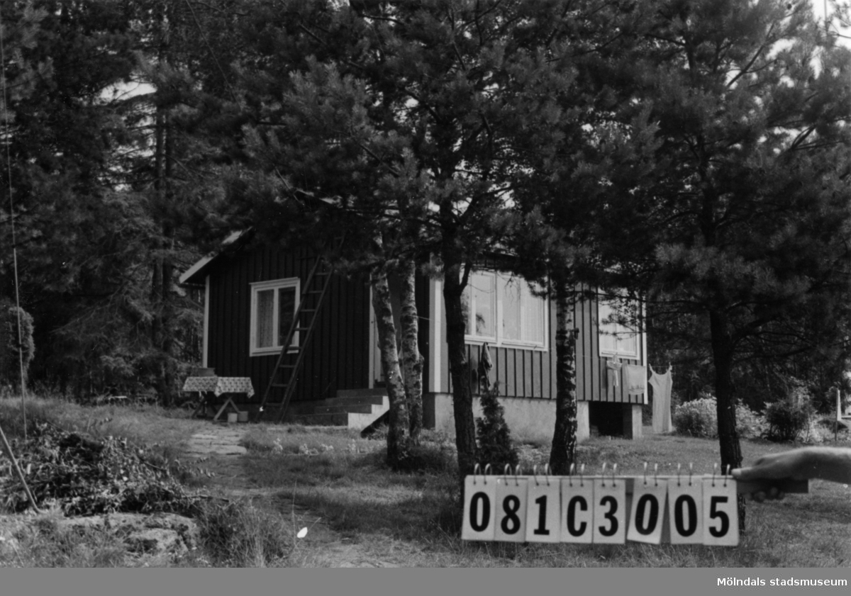 Byggnadsinventering i Lindome 1968. Holmen 1:10. Hus nr: 081C3005. Benämning: fritidshus, gäststuga och redskapsbod. Kvalitet, fritidshus och gäststuga: mycket god. Kvalitet, redskapsbod: mindre god. Material: trä. Tillfartsväg: framkomlig. Renhållning: ej soptömning.