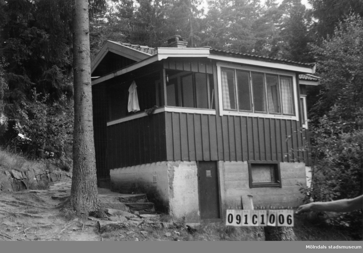 Byggnadsinventering i Lindome 1968. Skår 1:17. Hus nr: 091C1006. Benämning: fritidshus. Kvalitet: god. Material: trä. Tillfartsväg: framkomlig. Renhållning: soptömning.