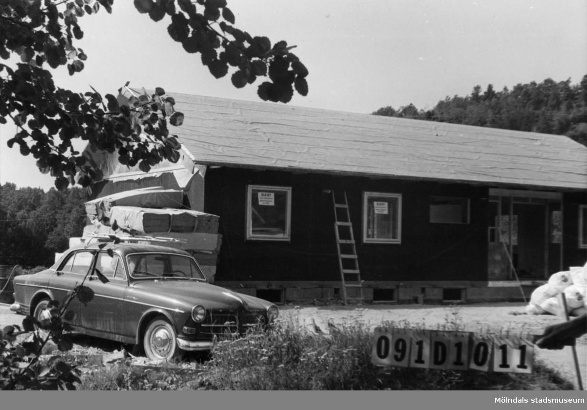 Byggnadsinventering i Lindome 1968. Skräppholmen 2:14. Hus nr: 091D1011. Benämning: permanent bostad och och redskapsbod. Kvalitet, bostadshus: mycket god. Kvalitet, redskapsbod: dålig. Material: trä. Övrigt: under byggnad. Tillfartsväg: framkomlig.