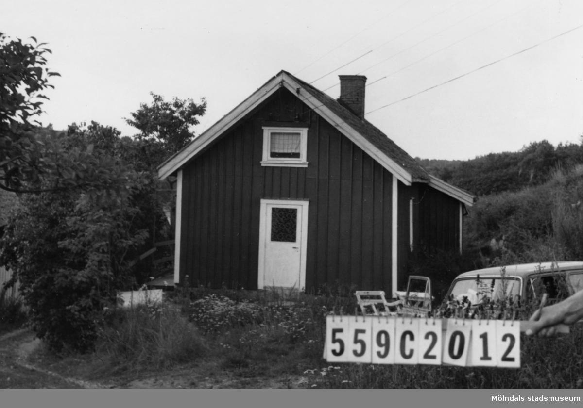 Byggnadsinventering i Lindome 1968. Torkelsbohög (1:28). Hus nr: 559C2012. Benämning: permanent bostad och ladugård. Kvalitet, bostadshus: mindre god. Kvalitet, ladugård: dålig. Material, bostadshus: masonit. Material, ladugård: trä. Tillfartsväg: framkomlig.
