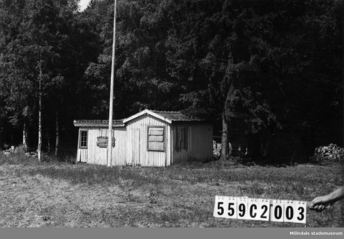 Byggnadsinventering i Lindome 1968. Gastorp 2:84. Hus nr: 559C3023. Benämning: fritidshus.Kvalitet: dålig. Material: trä. Övrigt: fallfärdigt. Tillfartsväg: framkomlig.