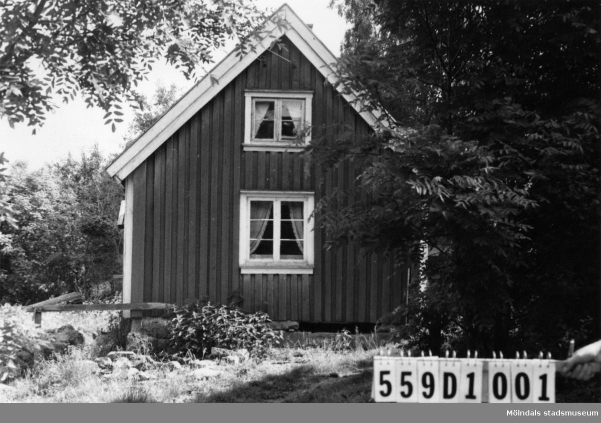 Byggnadsinventering i Lindome 1968. Långås 1:3. Hus nr: 559D1001. Benämning: permanent bostad och ladugård. Kvalitet: dålig. Material: trä. Övrigt: ombyggnad pågår. Tillfartsväg: framkomlig.