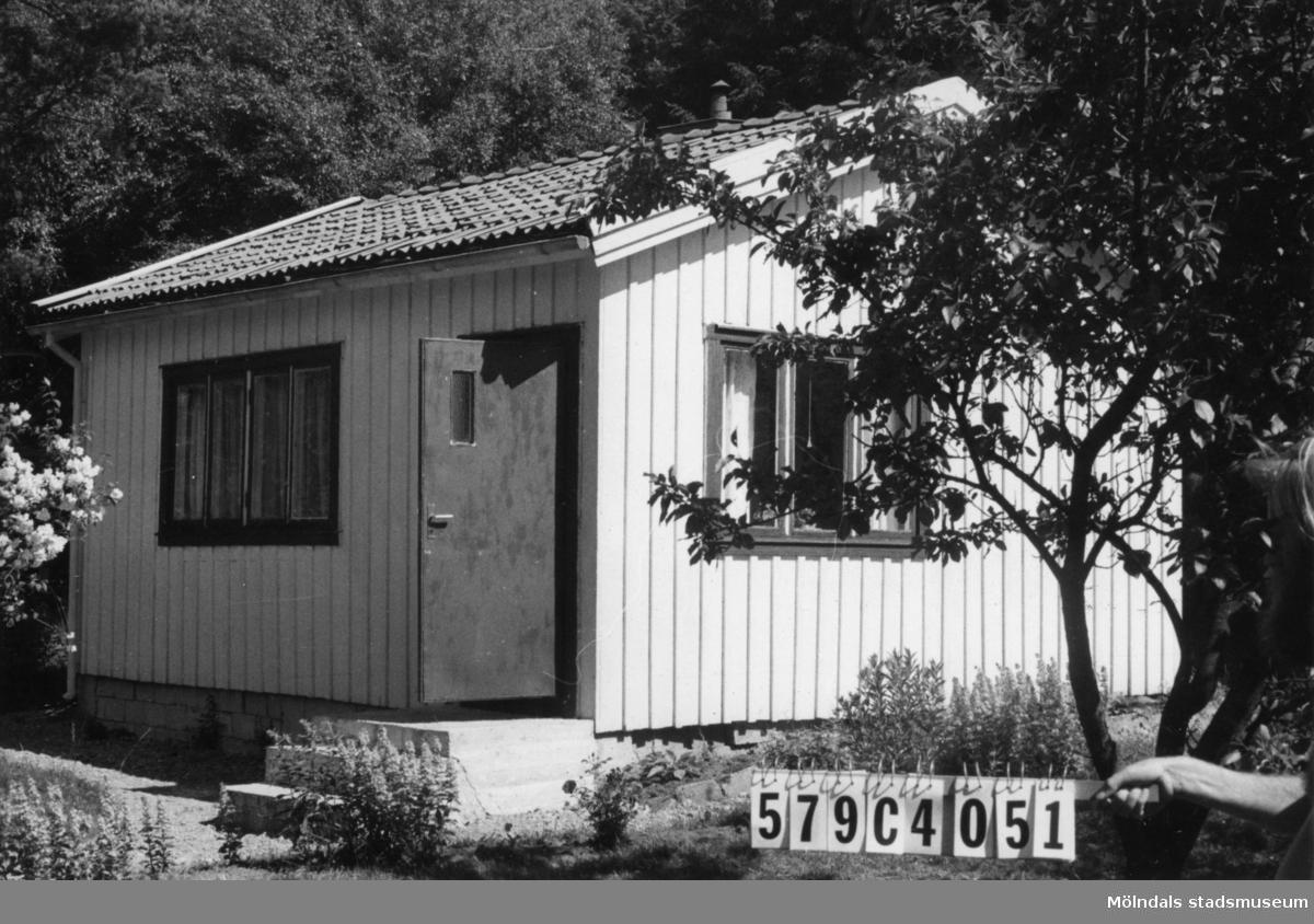 Byggnadsinventering i Lindome 1968. Gårda 2:45. Hus nr: 569C4051. Benämning: fritidshus. Kvalitet: god. Material: trä. Tillfartsväg: framkomlig.