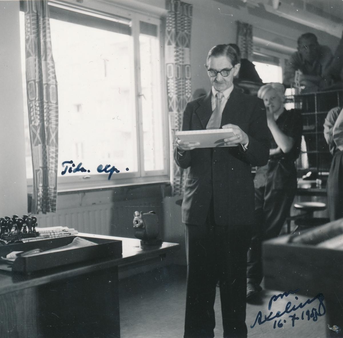 Tidningsexpeditionen i Johanneshov. På fotografiet ser vi interiören av kontoret samt Postmästare H. Axeling med personal.