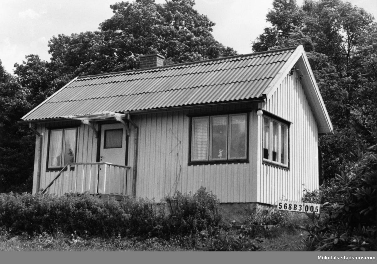 Byggnadsinventering i Lindome 1968. Skäggered 1:18. Hus nr: 568B3005. Benämning: fritidshus och två redskapsbodar. Kvalitet: god. Material: trä. Tillfartsväg: framkomlig. Renhållning: ej soptömning.