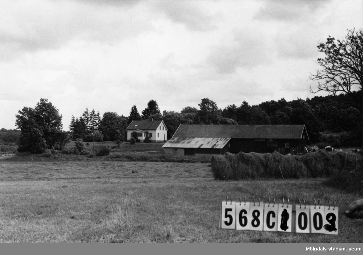 Byggnadsinventering i Lindome 1968. Lyckan 1:1. Hus nr: 568C1002. Benämning: permanent bostad och ladugård. Kvalitet: god. Material: trä. Övrigt: del av ladugårdstaket av rostig, korrugerad plåt. En störande yta. Tillfartsväg: framkomlig.