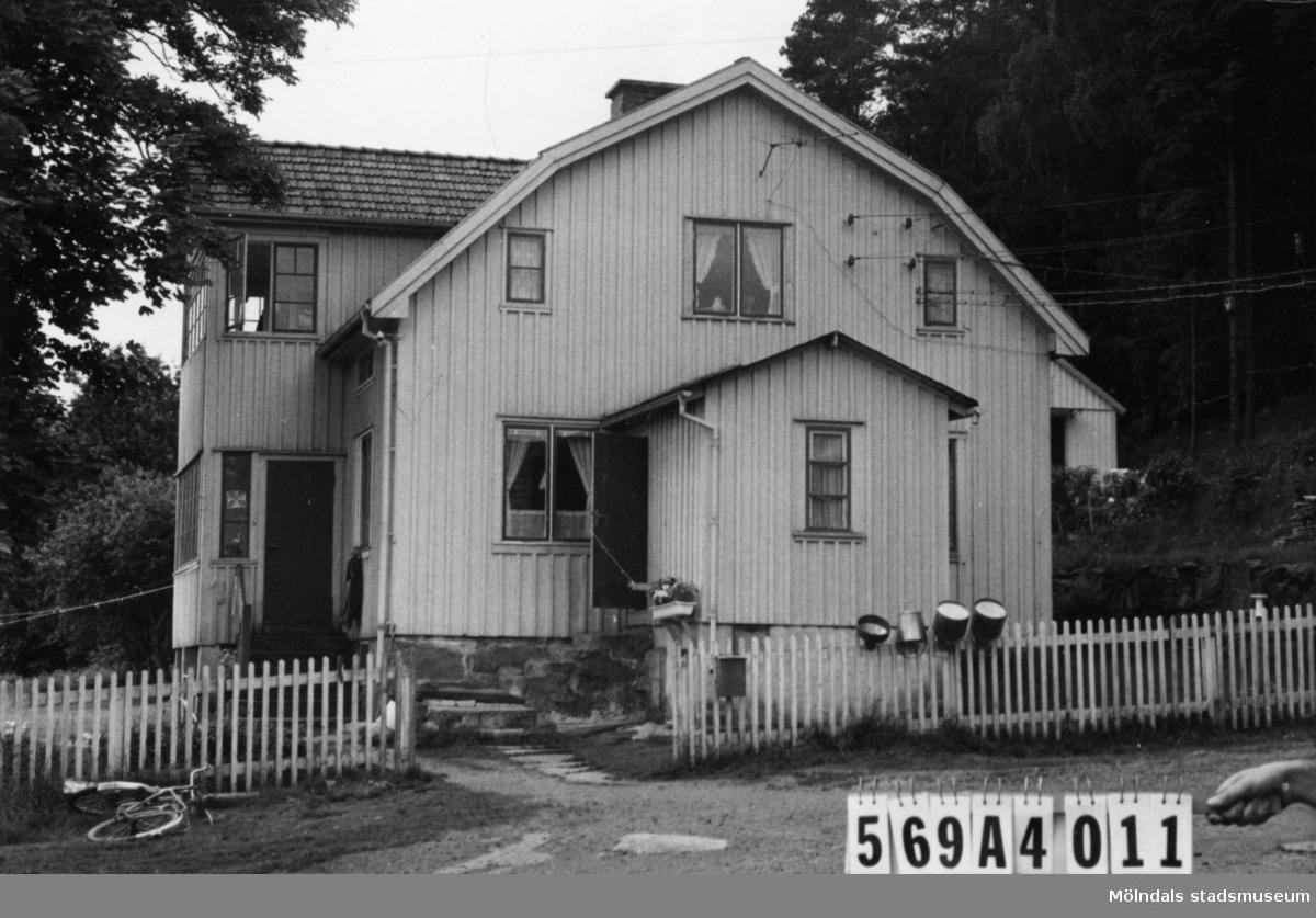 Byggnadsinventering i Lindome 1968. Skäggered 1:4. Hus nr: 569A4011. Benämning: permanent bostad, gäststuga, ladugård, tre redskapsbodar och garage. Kvalitet, bostadshus och gäststuga: god. Kvalitet, ladugård: mindre god. Kvalitet, redskapsbod: mindre god, dålig. Kvalitet, garage: dålig. Material, ladugård: sten, trä. Material, garage: pressening. Material, övriga: trä. Tillfartsväg: framkomlig. Renhållning: soptömning.