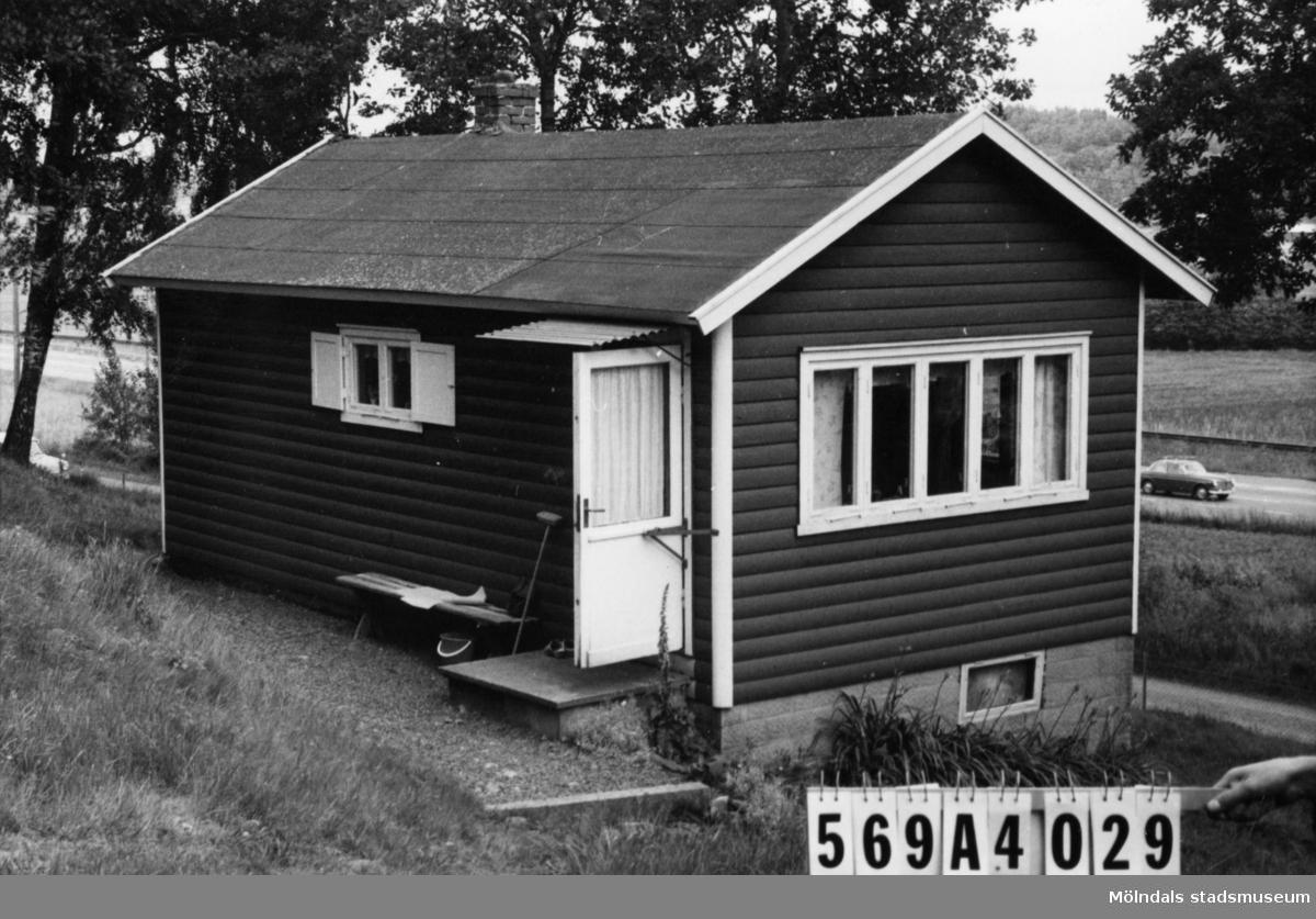 Byggnadsinventering i Lindome 1968. Skäggered 5:1. Hus nr: 569A4029. Stiftelse. Benämning: fritidshus. Kvalitet: god. Material: trä. Tillfartsväg: framkomlig. Renhållning: soptömning.