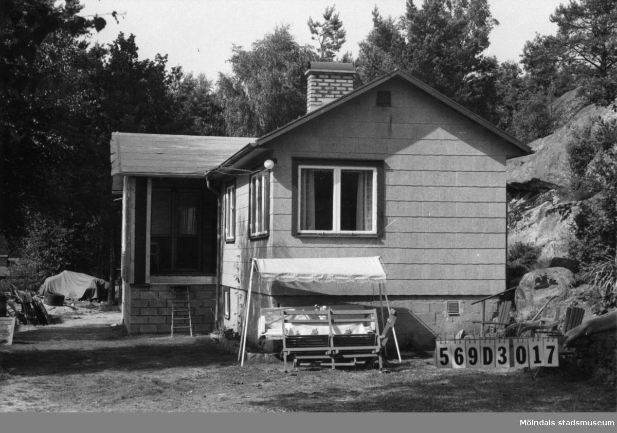 Byggnadsinventering i Lindome 1968. Gårda 2:60. Hus nr: 569D3017. Benämning: fritidshus. Kvalitet: mycket god. Material: eternit. Tillfartsväg: framkomlig. Renhållning: soptömning.