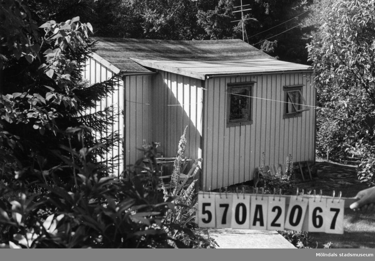 Byggnadsinventering i Lindome 1968. Gastorp 1:40. Hus nr: 570A2067. Benämning: fritidshus och två redskapsbodar. Kvalitet, fritidshus: god. Kvalitet, redskapsbodar: mindre god. Material: trä. Tillfartsväg: framkomlig. Renhållning: soptömning.