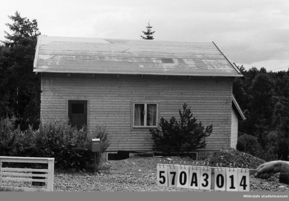 Byggnadsinventering i Lindome 1968. Annestorp 2:145. Hus nr: 570A3014. Benämning: permanent bostad och två redskapsbodar. Kvalitet, bostadshus: mycket god. Kvalitet, redskapsbodar: mindre god. Material: trä. Övrigt: under byggnad. Det gamla rivs. Bökigt till tusen. Tillfartsväg: framkomlig. Renhållning: soptömning.