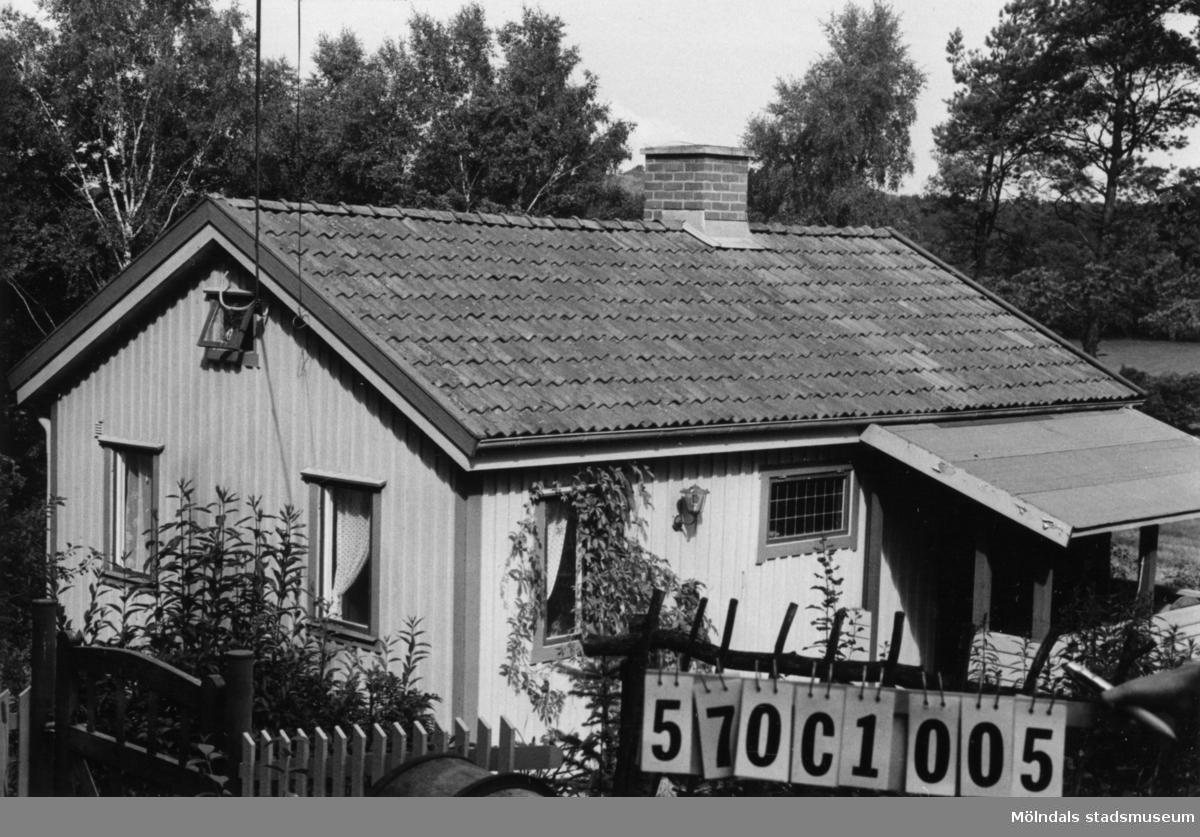 Byggnadsinventering i Lindome 1968. Annestorp 5:32. Hus nr: 570C1005. Benämning: fritidshus. Kvalitet: god. Material: trä. Tillfartsväg: framkomlig. Renhållning: soptömning.