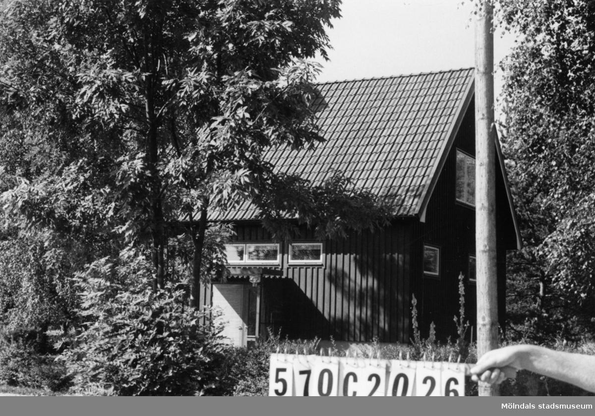 Byggnadsinventering i Lindome 1968. Dvärred 2:63. Hus nr: 570C2026. Benämning: permanent bostad. Kvalitet: mycket god. Material: trä. Tillfartsväg: framkomlig. Renhållning: soptömning.